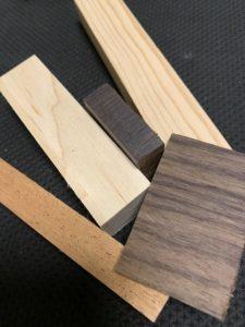 ギターに使われる複数種類の木材